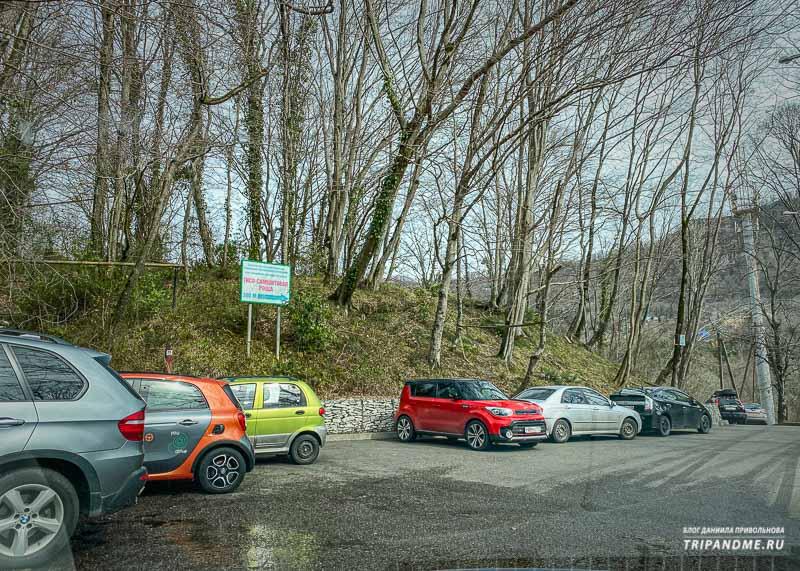 Машину паркуют вдоль дороги недалеко от кассы