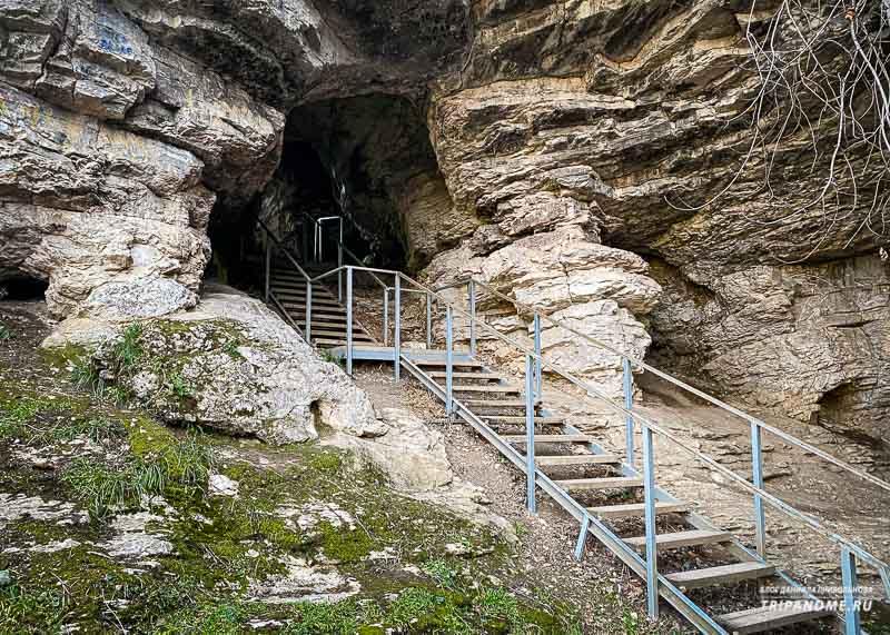 Путь ко входу в пещеру тоже обустроен