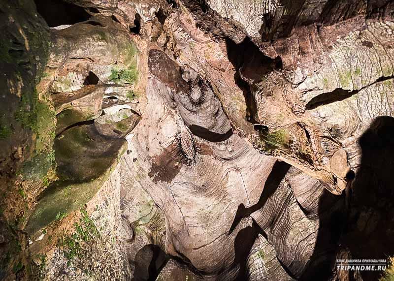 Необычные узоры на потолке пещеры