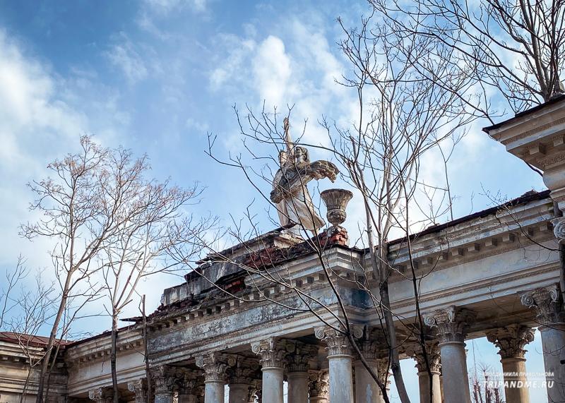 Советская скульптура и архитектура в роще