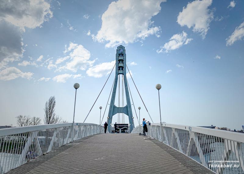 Необычный ракурс на мост Поцелуев