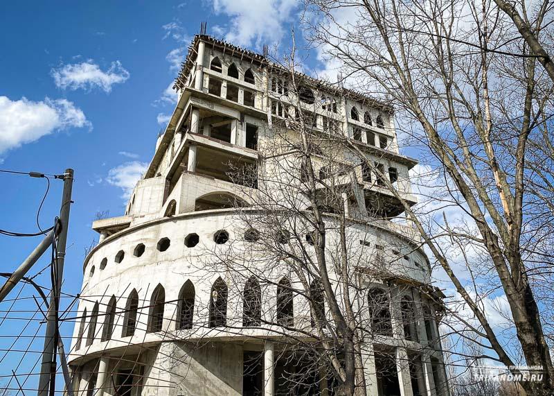 Уродливое здание возвышается над парком