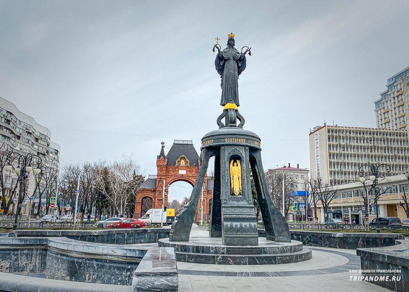 Перед аркой стоит Свято-Екатерининский фонтан