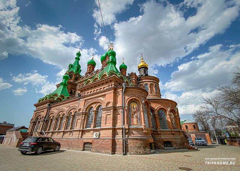 Троицкий собор находится в 10 минутах ходьбы от моста Поцелуев