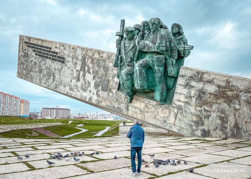 Бронзовый памятник - часть мемориала