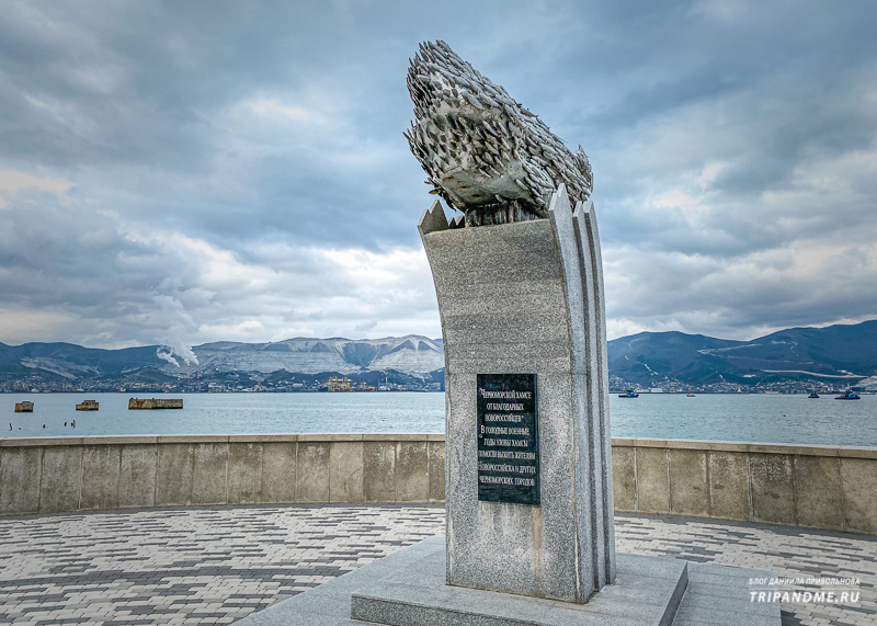 Памятник рыбке хамсе в Новороссийске