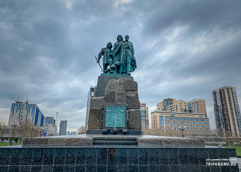 Этот памятник расположен примерно в середине набережной
