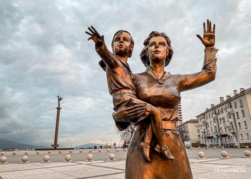 Памятник посвящен всем женам моряков