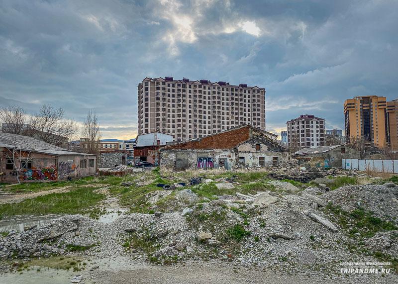 Заброшенные здания рядом с набережной