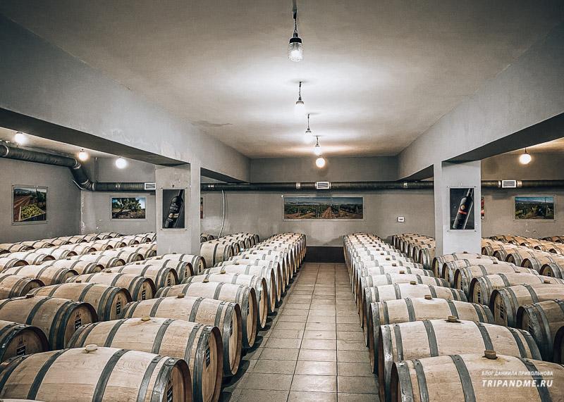Подвал для хранения бочек с вином