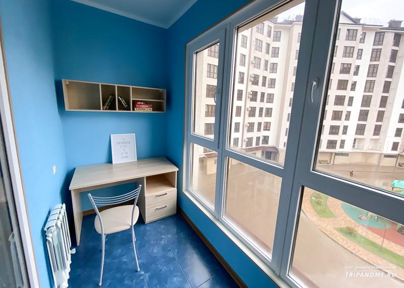 Балкон оборудован как кабинет