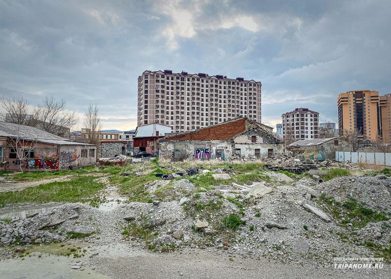 Вдоль набережной Новороссийска строят много домов