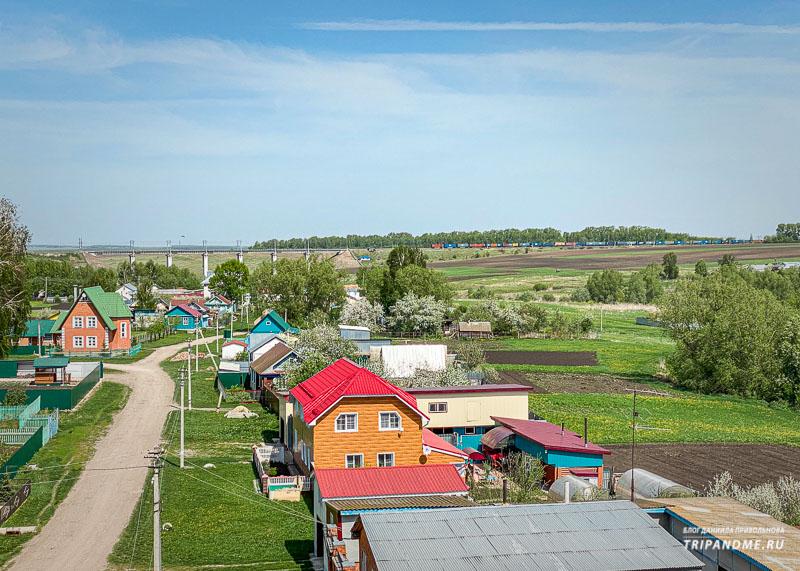 Вид на деревенские дома с моста
