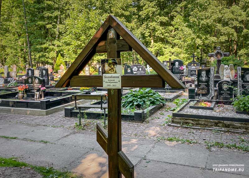 На могиле известного режиссера стоит простой крест