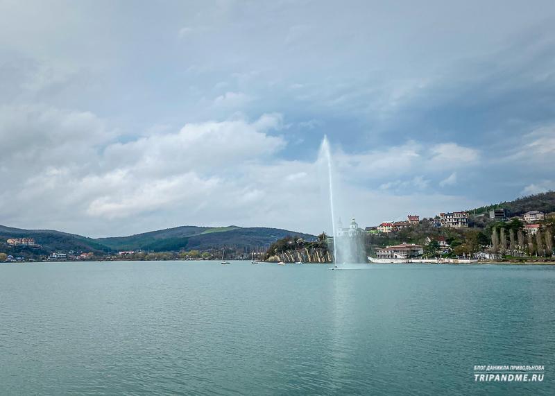 Женевский фонтан в озере Абрау