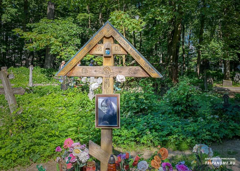 Могила певицы Людмилы Сенчиной на Смоленском кладбище