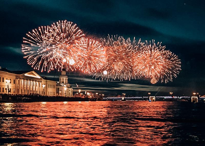 Салют в честь праздника ВМФ в Питере