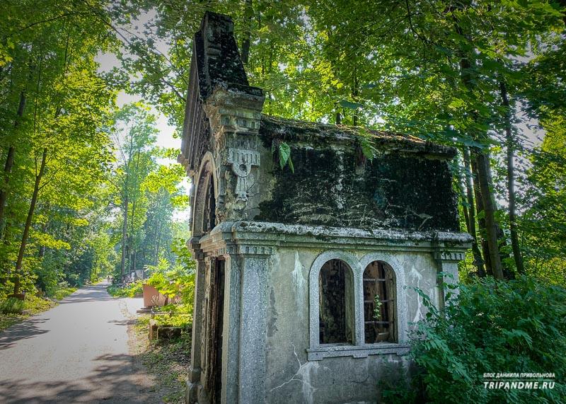 Заброшенный склеп у могилы режиссера Балабанова