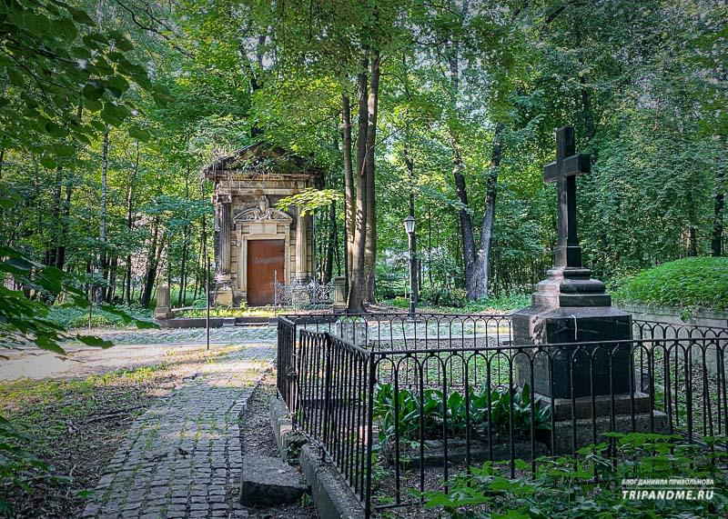 Один из самых красивых склепов на лютеранском кладбище