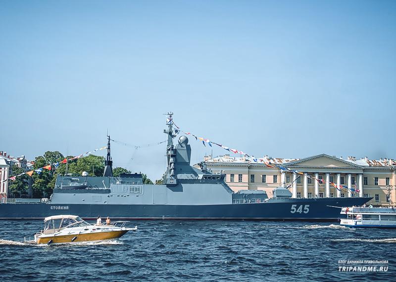 """Корабль """"Стойкий"""" в акватории Невы"""