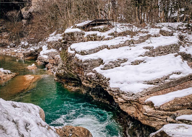 По дну ущелья протекает река