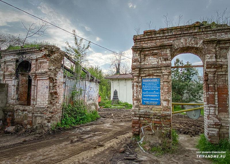 Вход на Всесвятское кладбище