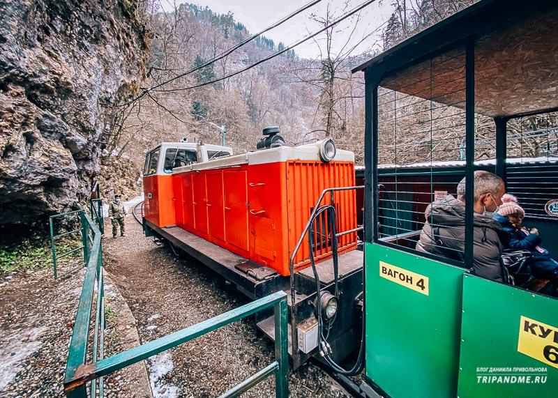 Поезд, идущий по Гуамскому ущелью