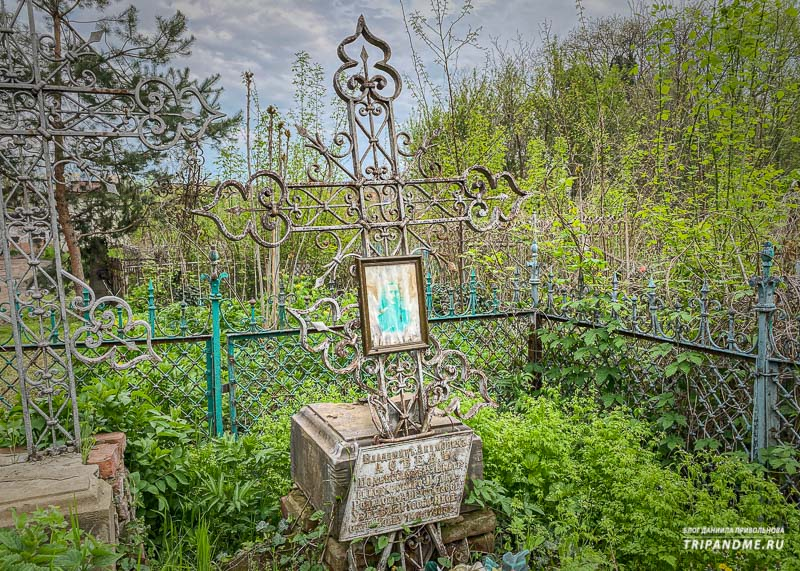 Памятники и надгробия на кладбище