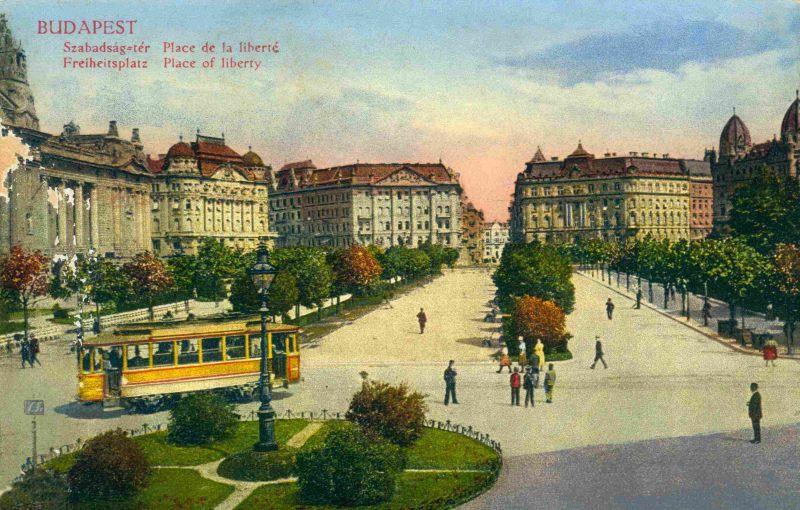 По площади ранее ходил трамвай