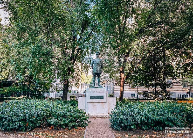 На площади Свободы стоит несколько памятников