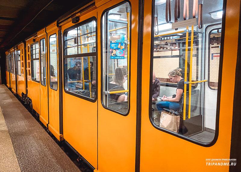 Вагоны поезда, курсирующего на желтой линии метро